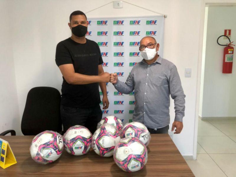 Sport Club Penedense recebe doação de bolas da FAF para treinamento da base