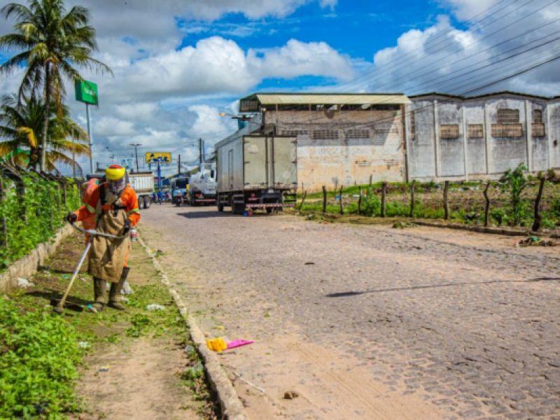 Prefeitura promove mutirão de limpeza urbana em todo o bairro Canafístula