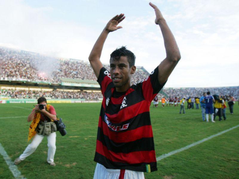 Flamengo vence e fica perto do título