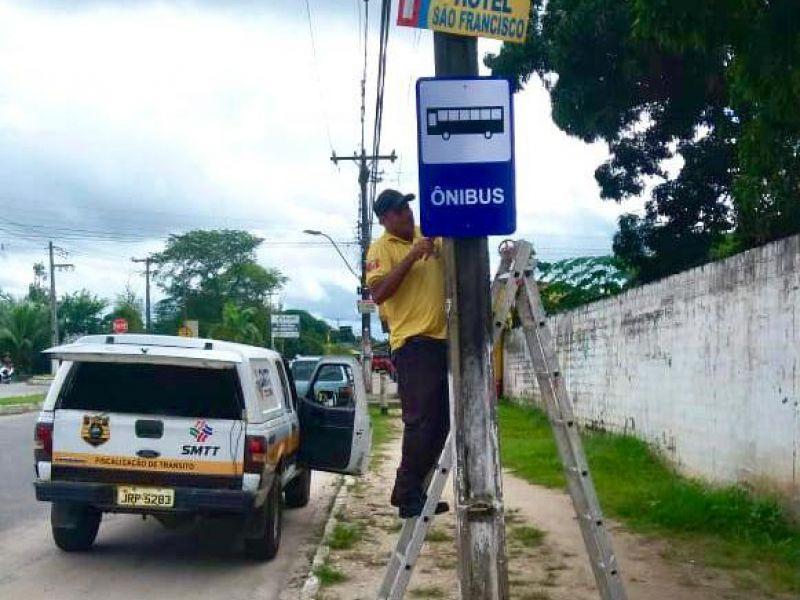 SMTT Penedo instala e recupera placas de sinalização em pontos de ônibus