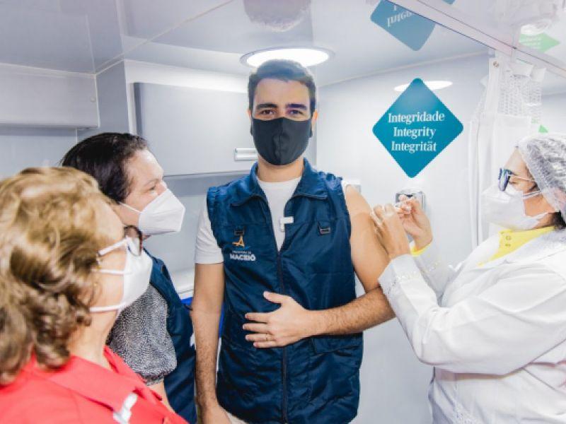 No ônibus da Vacinação, prefeito JHC toma a primeira dose da vacina contra a Covid-19