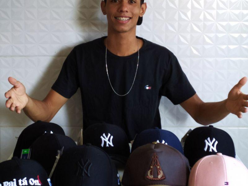 Empreendedorismo Juvenil: Seu gosto por  bonés, torna-se pontapé para seu próprio negócio