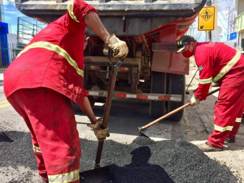 Infraestrutura aplica mais de 190 toneladas de asfalto para reparar vias na cidade