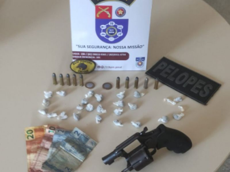 Após denúncia, polícia prende jovem que estava vendendo drogas em bar de Penedo