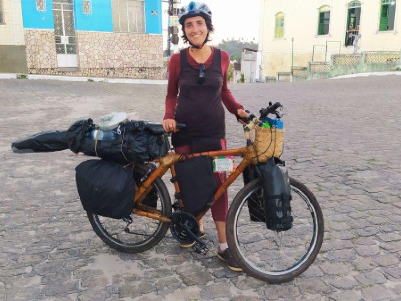 Em bicicleta de bambu, ciclista embarca em aventura e chega a Penedo