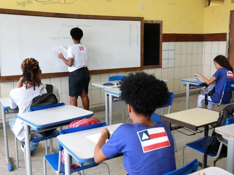 Salário de professor deve ficar isento de Imposto de Renda, determina projeto