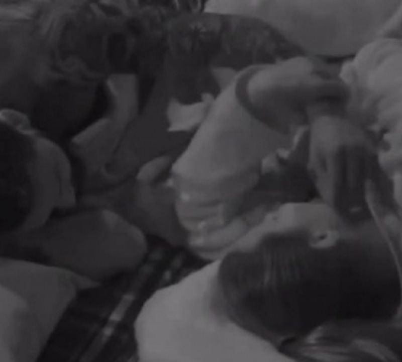 Nego do Borel tenta acariciar rosto de Dayane Mello e peoa empurra mão do cantor