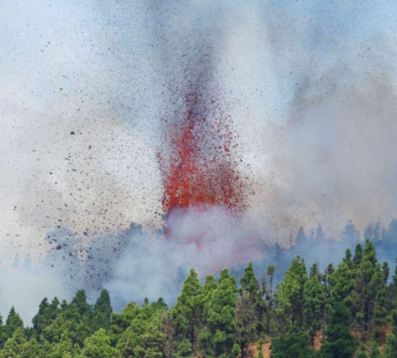 Ilhas Canárias: com nova boca eruptiva, lava de vulcão continua a se aproximar da água