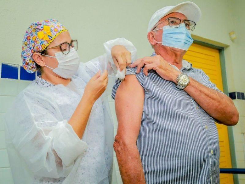 Idosos a partir de 70 anos e pessoas com baixa proteção imunológica receberão dose de reforço contra Covid-19