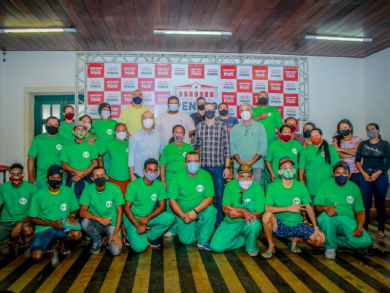 Prefeito Ronaldo Lopes entrega fardamento para associados da Recicla Penedo