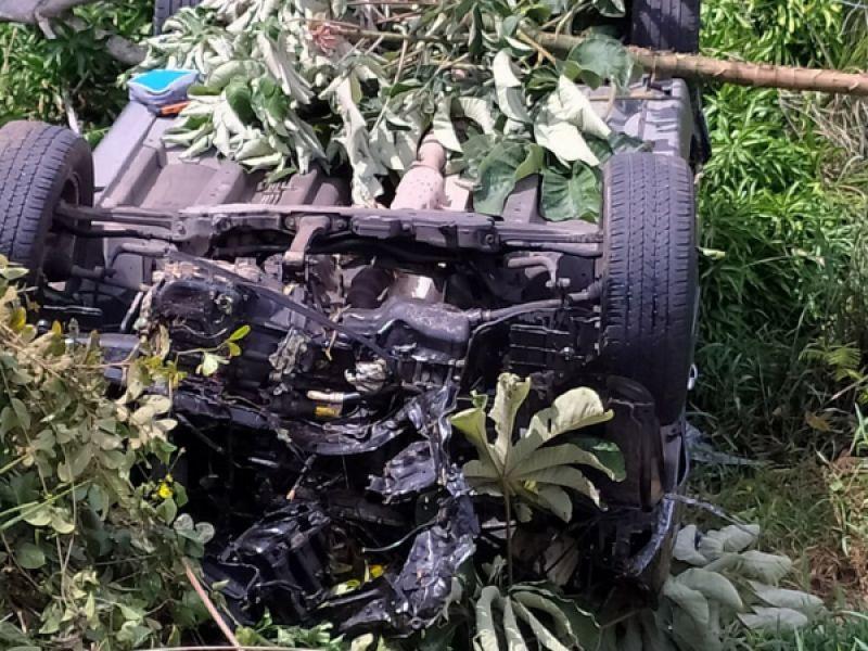 Acidente próximo ao Penedinho deixa carro destruído e homem gravemente ferido