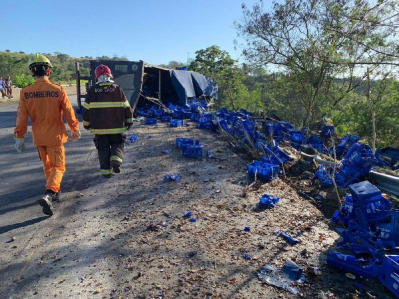 Motorista fica ferido após carreta tombar em Porto Real do Colégio; carga foi saqueada