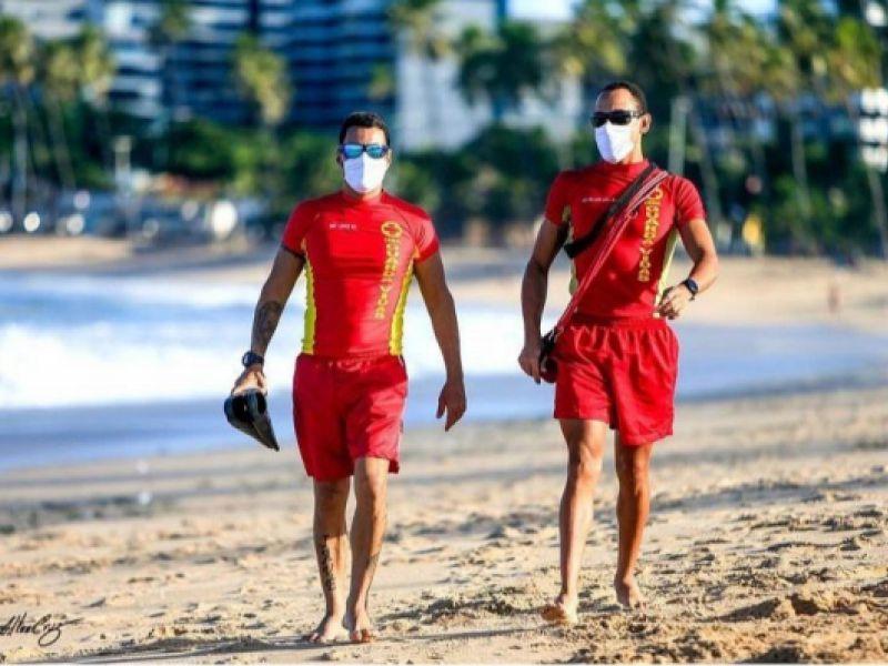 Bombeiros garantem a segurança de banhistas na retomada do turismo em Alagoas