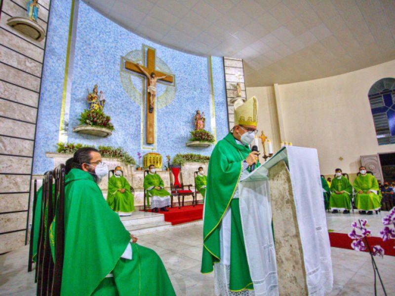 Bispo Valdemir Ferreira celebra primeira missa em Arapiraca na noite deste domingo (17)