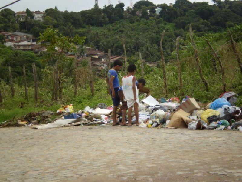 Pontos de lixo causam transtornos em Penedo